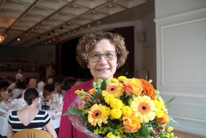 Blumen als Dankeschön: Reinhild Vogt vom Partnerschaftsverein wurde von Bürgermeister Boucsein geehrt. Foto: Schaake