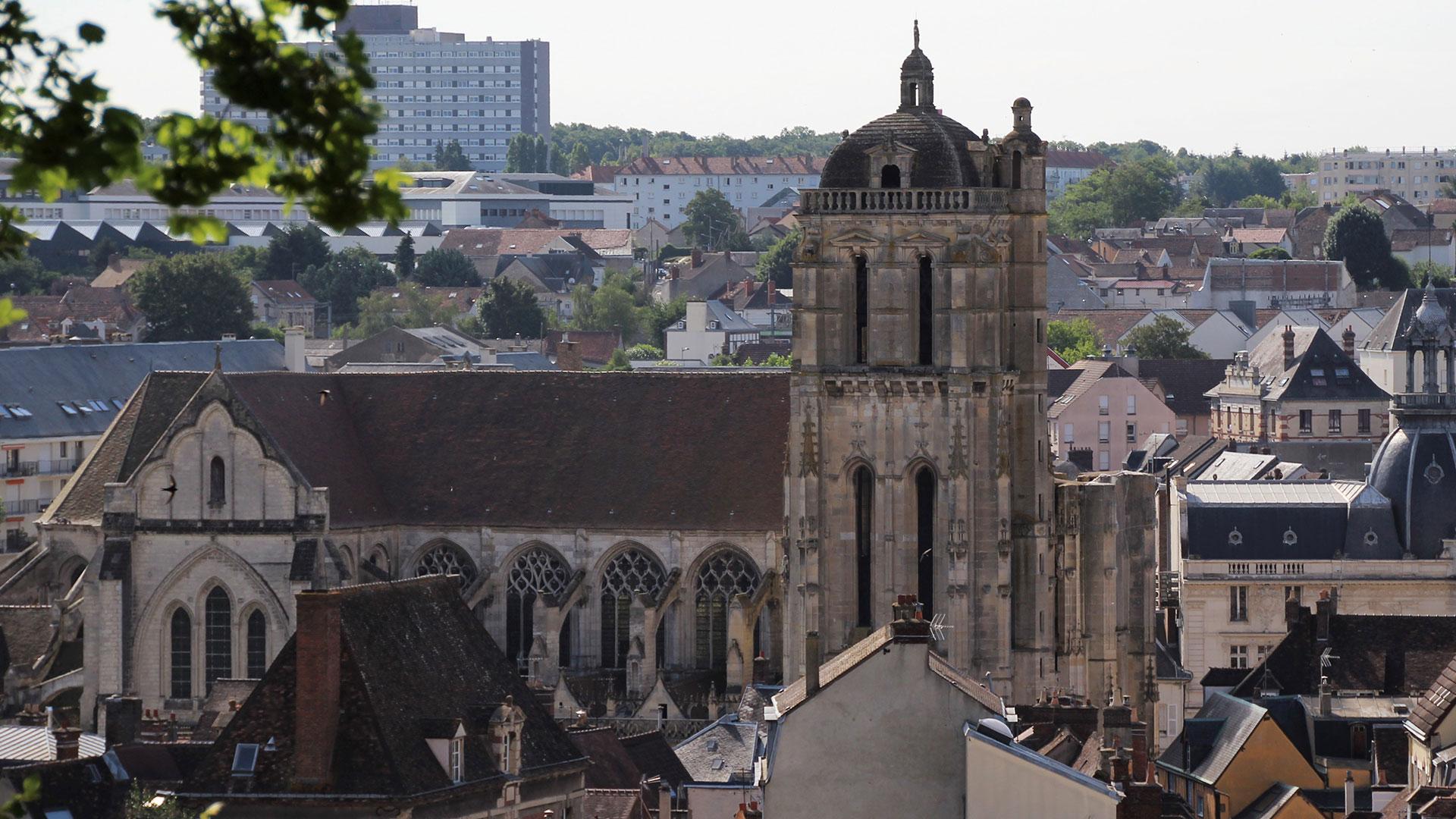 Dreux liegt etwa 90 Kilometer westlich von Paris, im Tal des Flusses Eure
