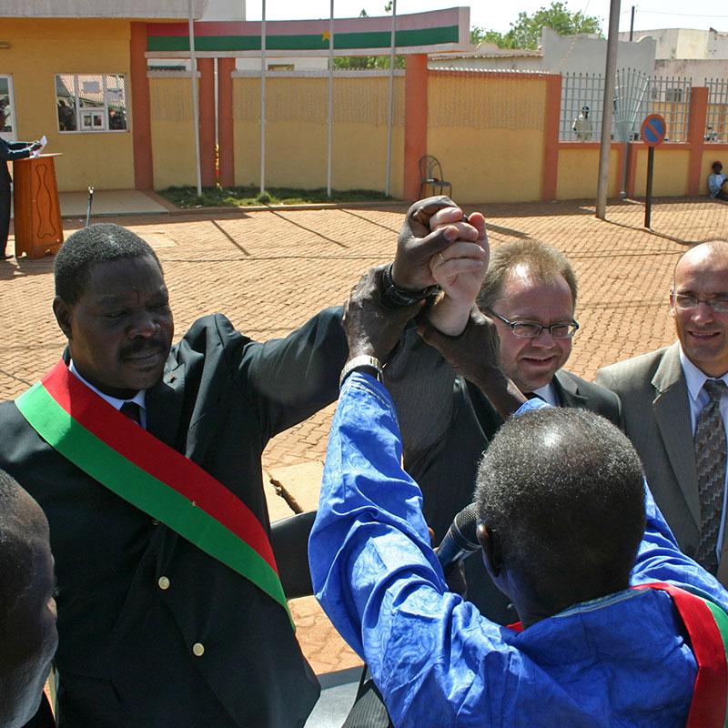 Die damaligen Bürgermeister, Seydou Zagré und Dieter Runzheimer, bei der Unterzeichnung des Partnerschaftsvertrages