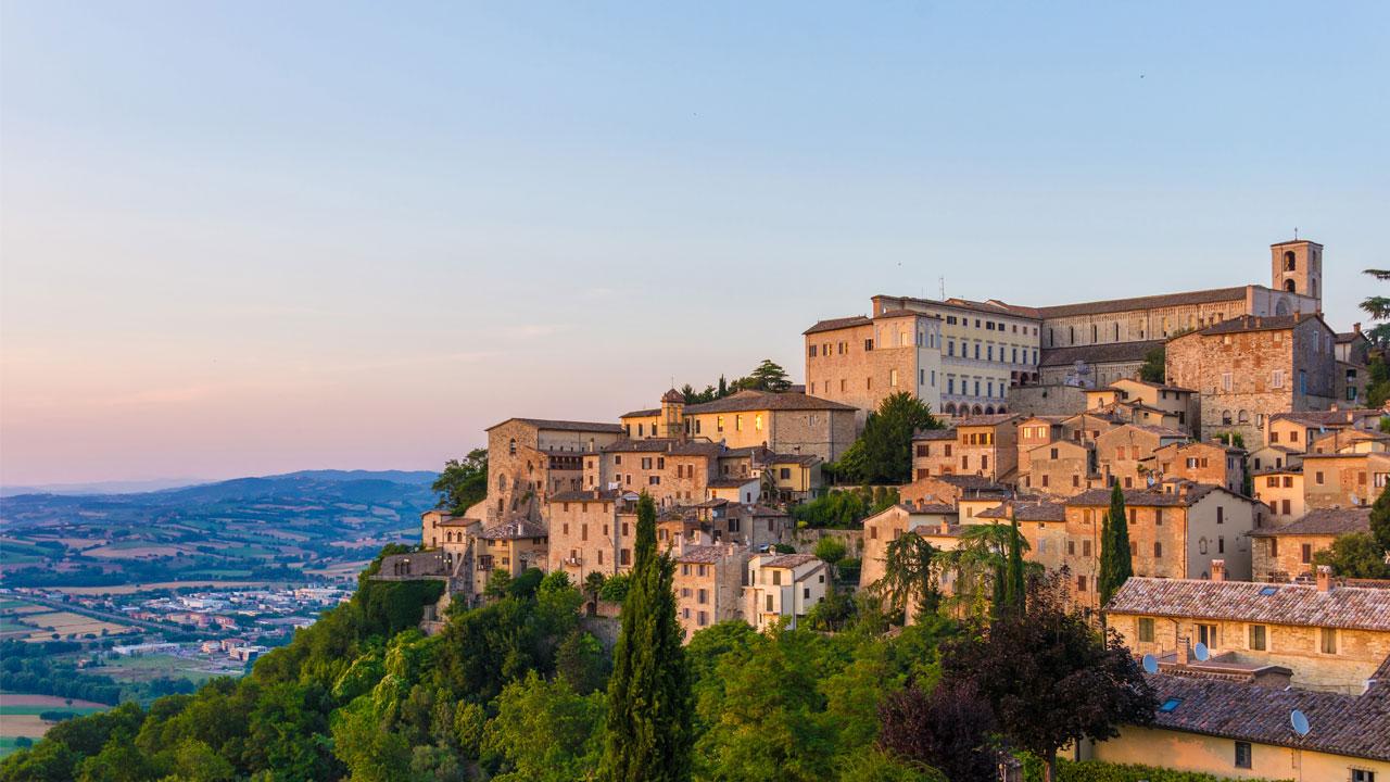 Die Silouette der Stadt hoch über dem Tibertal © istock ValerioMei