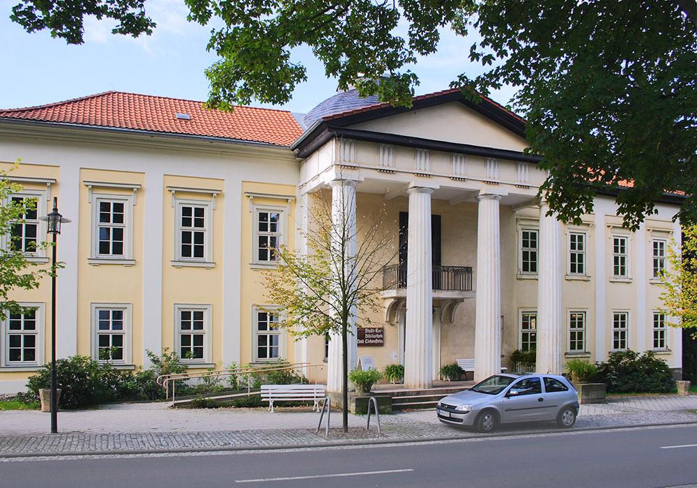 Palais Weimar - 1804 - 1806 als erstes Fürstenhaus am Ort erbaut, mit sehr schönem Kuppelsaal – beherbergt heute die Stadt- und Kurbibliothek © Hans Wagner