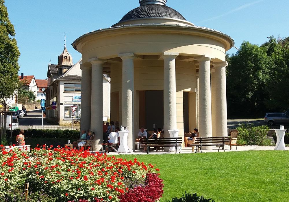 Der Brunnentempel - Wahrzeichen von Bad Liebenstein - 1816 errichtet an der Stelle, wo 1601 das Heilwasser auf natürlichem Wege zutage kam © Wolfgang Malek