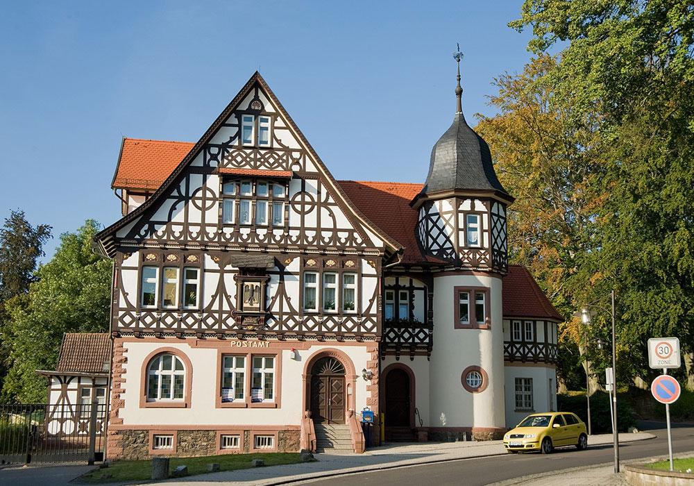 Ehemalige Post 1895 im fränkisch-hennebergischen Fachwerkstil erbaut – das heimliche Wahrzeichen Bad Liebensteins © Hans Wagner