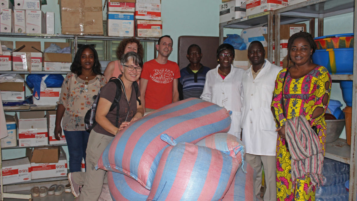 "Übergabe der Nahrungsmittelspende an die Kinderstation des ""Hôpital de l'Amitié"" in Koudougou"