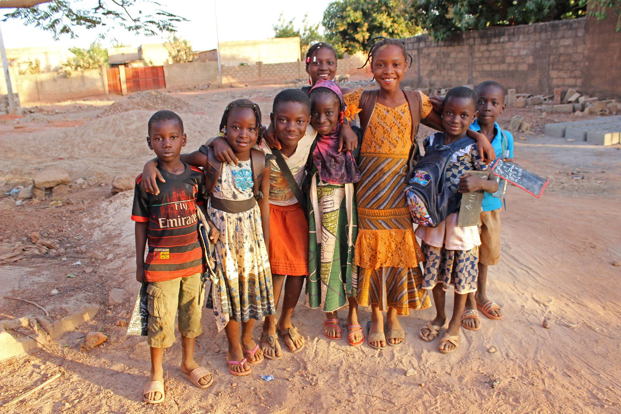 Kinder in Koudougou auf dem Heimweg von der Schule