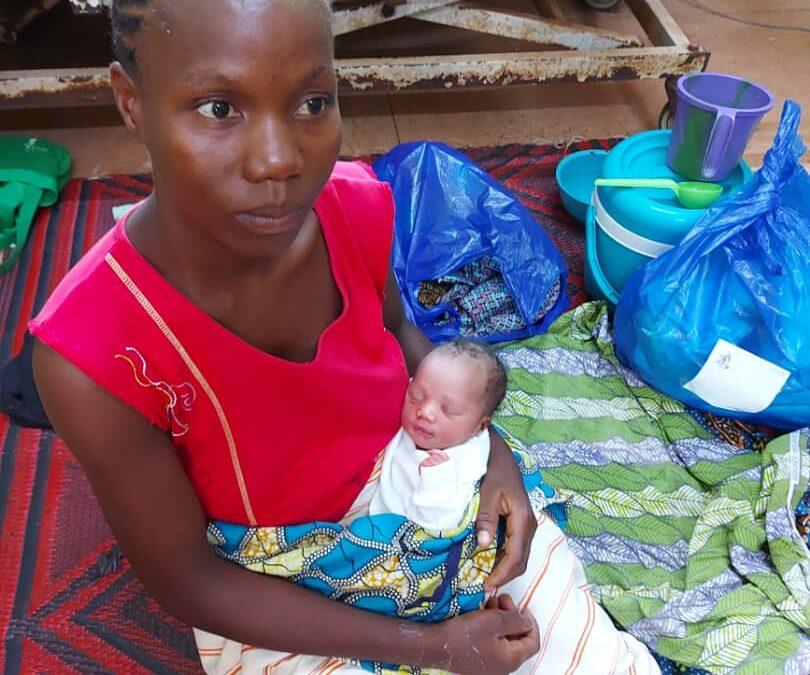 Issaaka, das erste Baby, dass im renovierten Kreißsaal auf die Welt kam, mit seiner Mutter Ruth Zongo